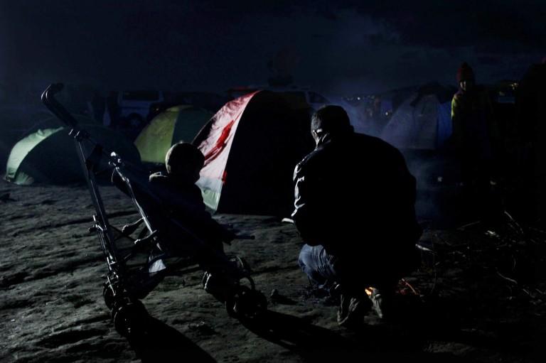 00011 un padre y su hijo preparan una hoguera para resguardarse del frío