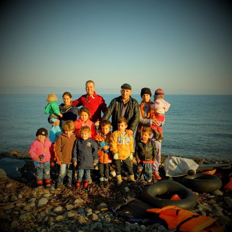 00016Jardo y su hermano Adil con sus mujeres Sive y Kina y sus hijos e hijas despúes de llegar a la playa de Eftalou en Lesbos, vivían en Kobane y la situacióna alli estava difícil y decidieron emprender el viaje hacia Alemania