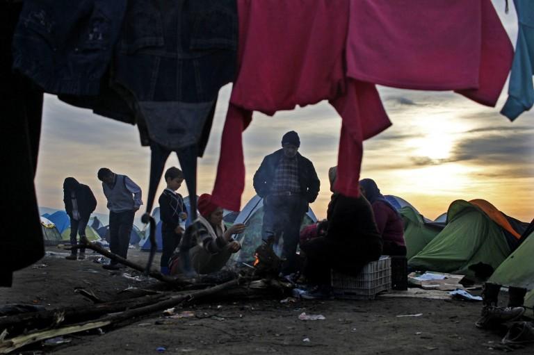 0003 una família se calienta con un fuego en e campamento de Idomeni