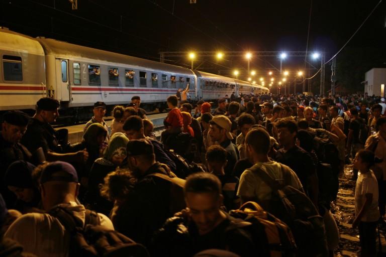 Tovarnik, Croacia miles de refugiados esperan poder subir al tren que les llevará hacia Zagreb